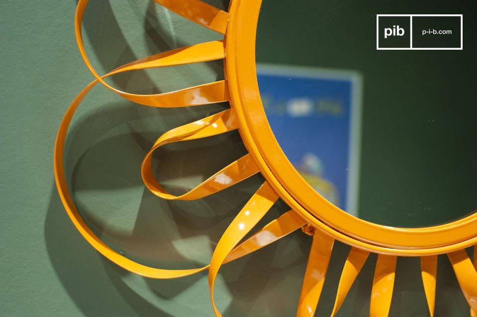 Sa structure métallique peinte d\'un orange vif forme une série de boucles qui le font tantôt ressembler à une fleur, tantôt à un petit soleil d\'intérieur