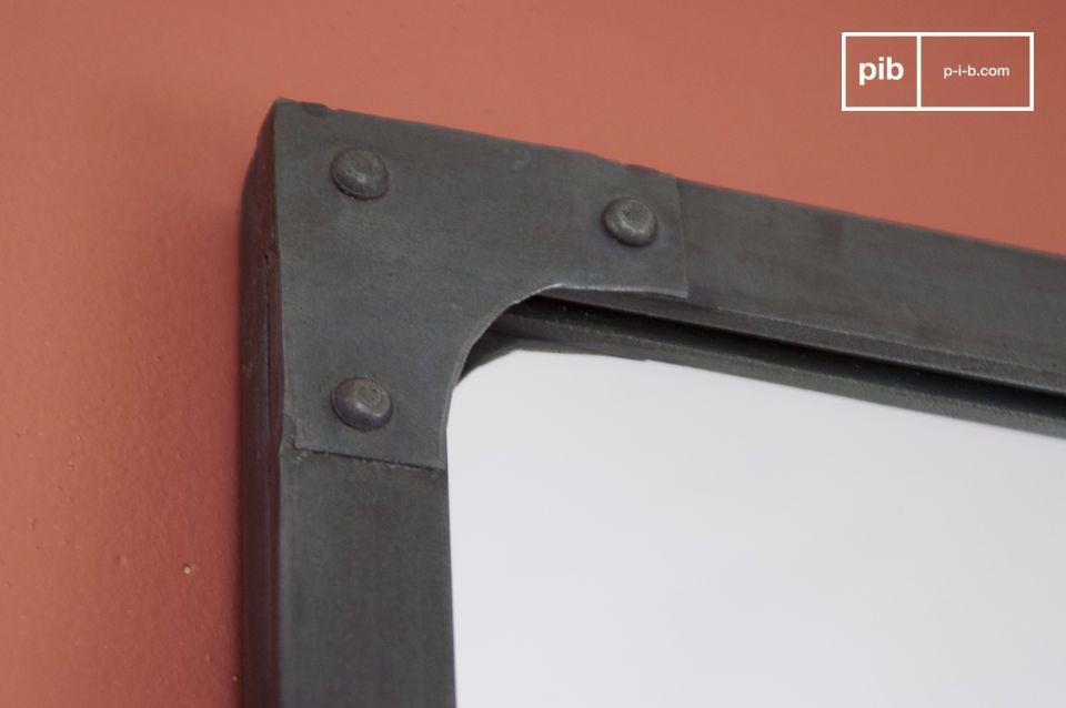 A suspendre au mur à la verticale, ou à poser sur un meuble