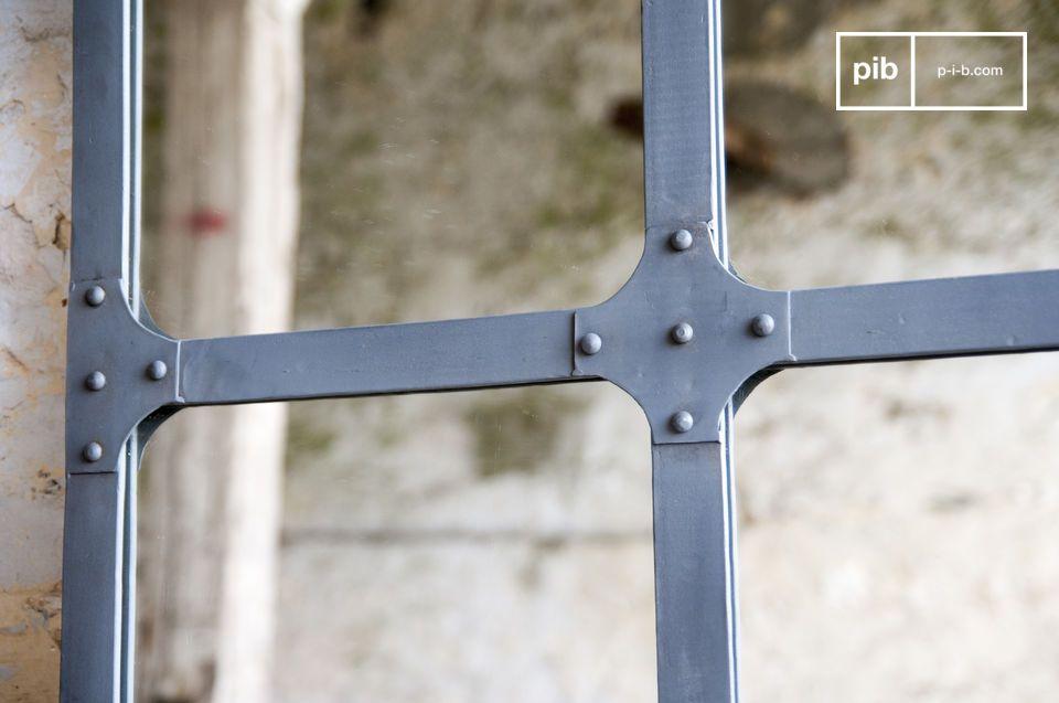 Ce miroir métallique dispose de 2 points de fixation pour être installé à la verticale