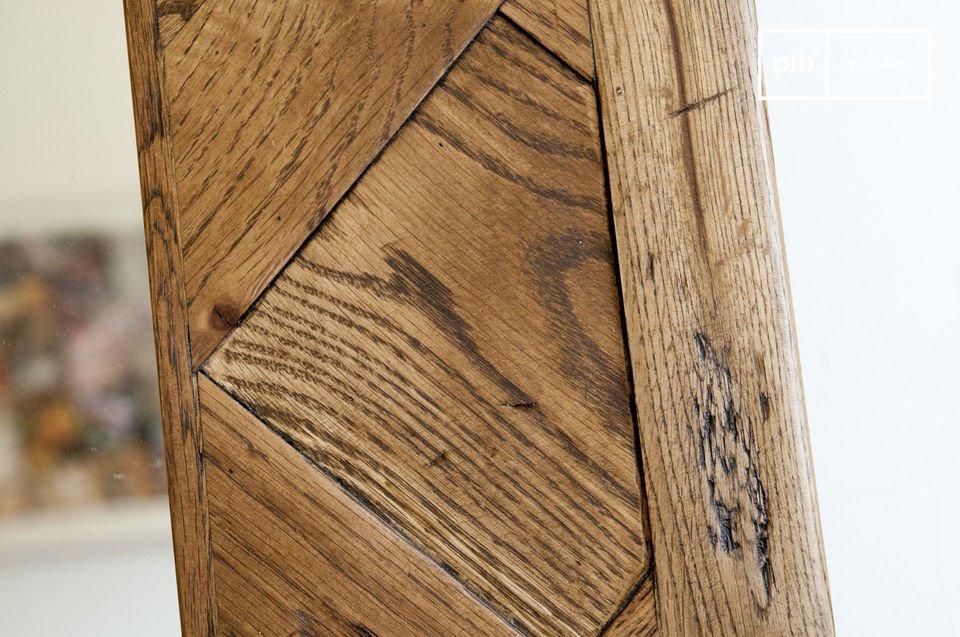 Un miroir d'exception au format XXL, fait d'anciens parquets en chêne