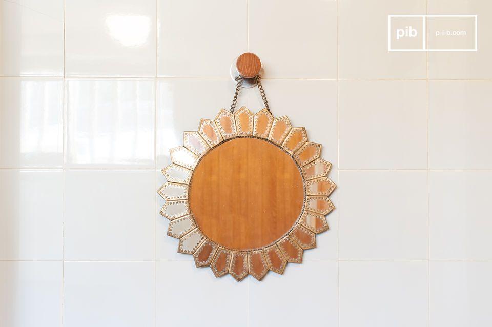 Un beau miroir en forme de soleil d'inspiration mauresque