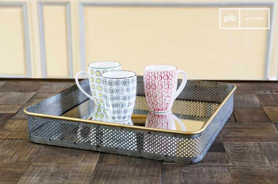 Encastré dans son cadre en fer et laiton, le miroir Olonne afffiche un design rétro unique