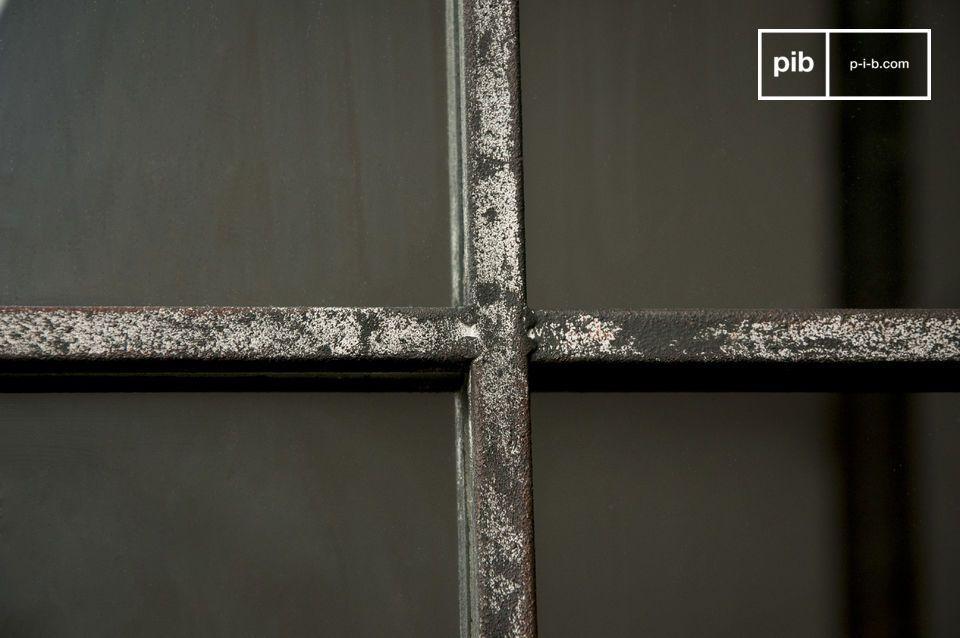 Entièrement conçu en métal gris patiné