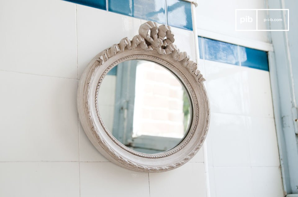Le miroir Justine est un petit accessoire de décoration au charme délicat du style romantique