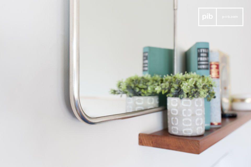Très beau miroir rectangulaire toute en sobriété pourvu d\'une chêne en métal à accrocher au