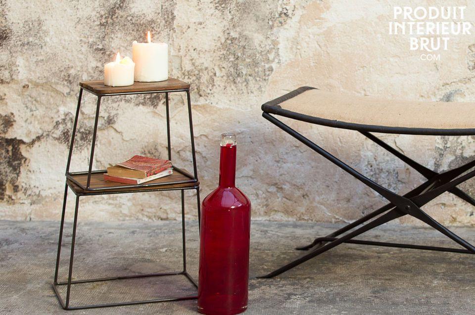 Des tables d\'appoint associant une structure en métal et un plateau en bois massif qui affiche un
