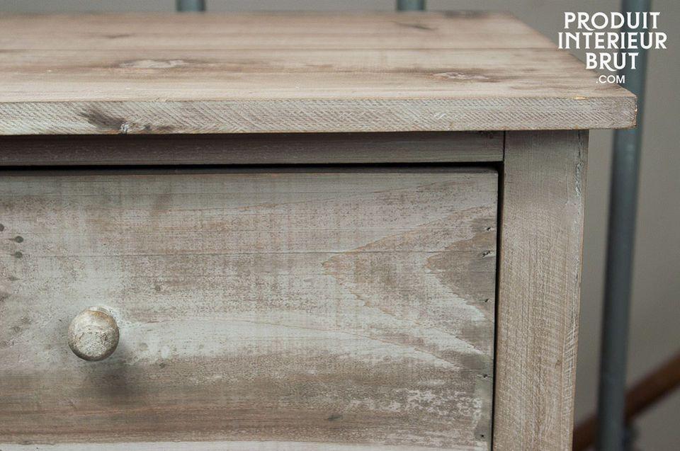 Un meuble tout en bois teinté à trois tiroirs profonds