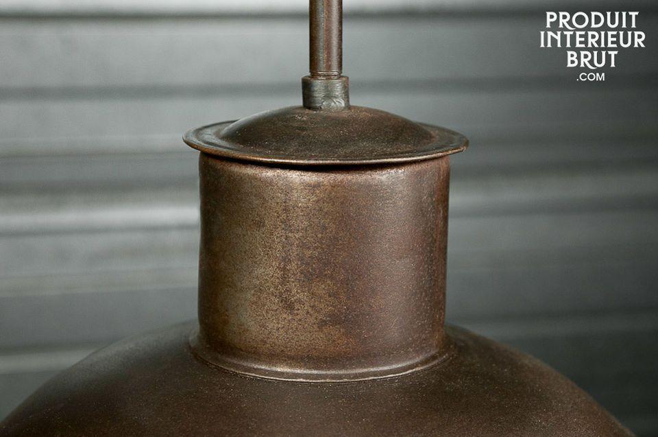 Ce plafonnier d\'atelier possède un verni mat patiné couleur bronze