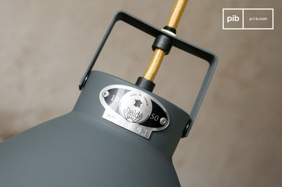 Le plafonnier Augustin est un digne représentant des luminaires au design industriel fabriqués par