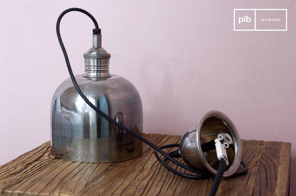 Une forme bombée atypique et une conception tout en métal: ce plafonnier Ogive s\'ancre dans la