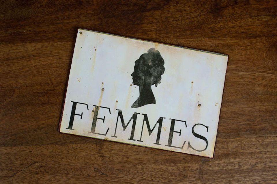 Une plaque métallique idéale pour aider les visiteurs à s\'orienter vers les vestiaires ou WC