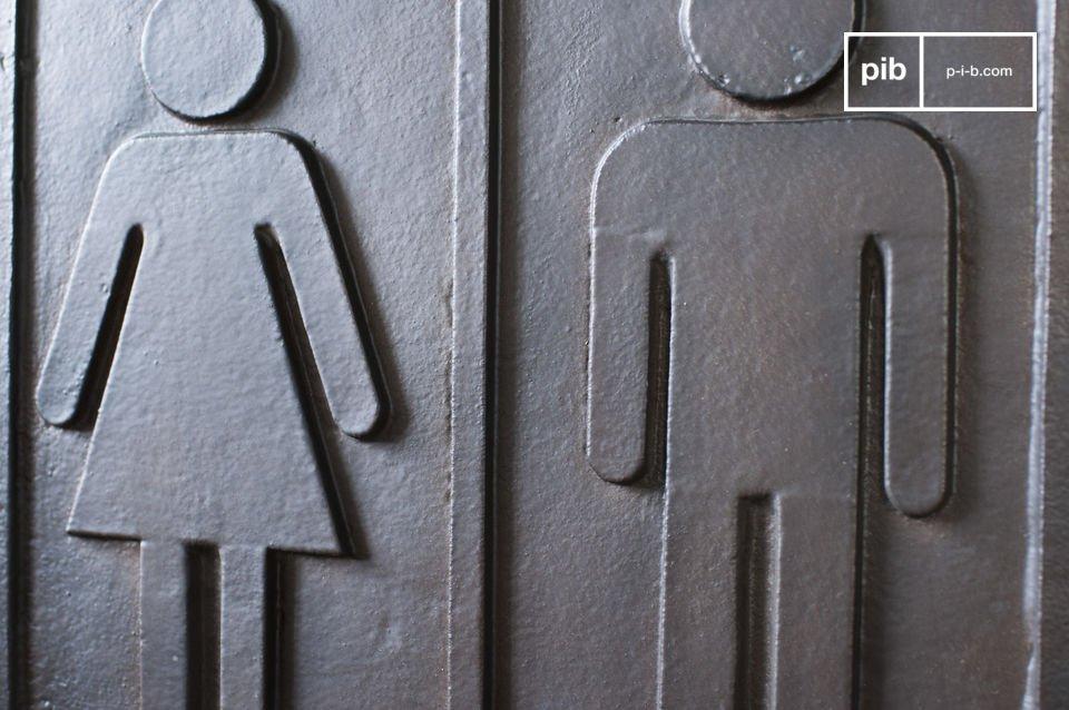 Une plaque métallique idéale pour aider les visiteurs à s\'orienter vers les WC