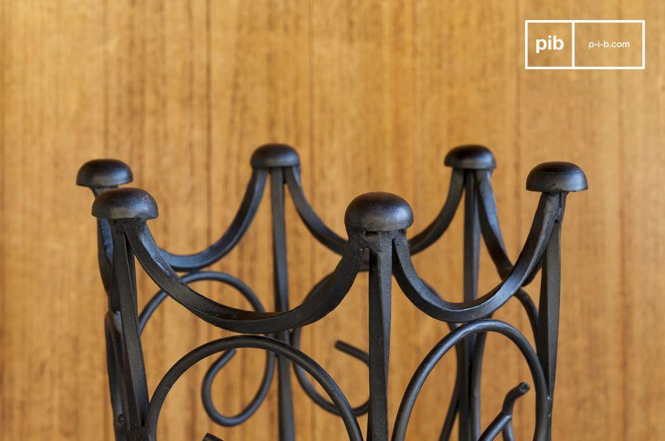 Un porte parapluie en fer forgé noir aux accents vintage: les lignes vintage de ce porte-parapluie