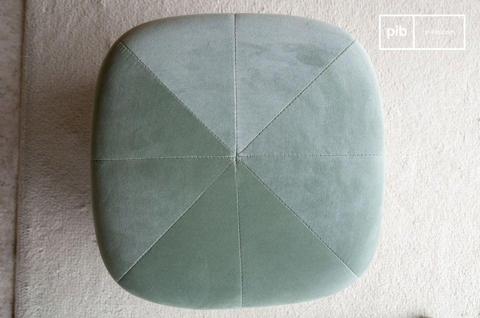 Associant la douceur d\'un velours haut de gamme et la modernité d\'une forme géométrique aux