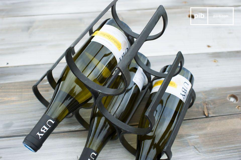 Réalisé en fer forgé, ce rangement de bouteilles a été verni avec soin afin de le protéger et de lui apporter une touche d\'élégance