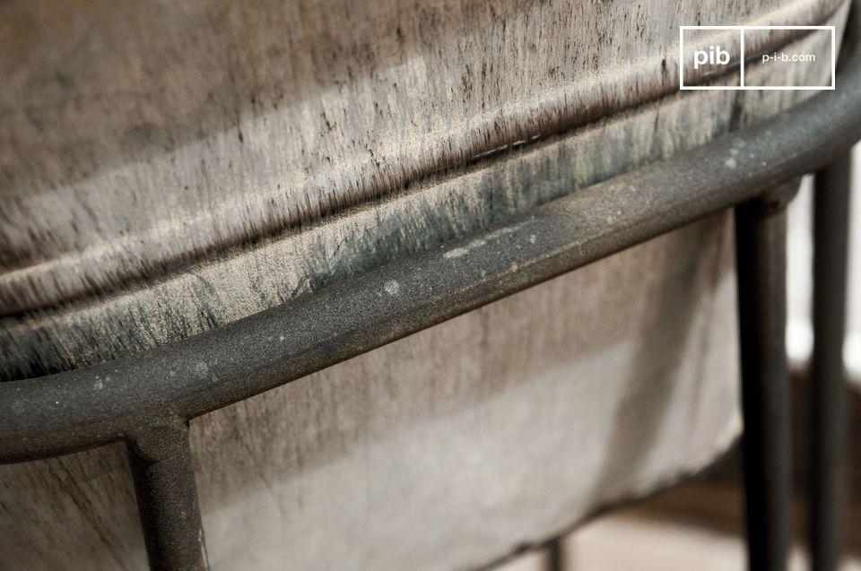 Ce cache-pot en acier galvanisé joue sur le mélange des styles pour donner une ambiance de jardin
