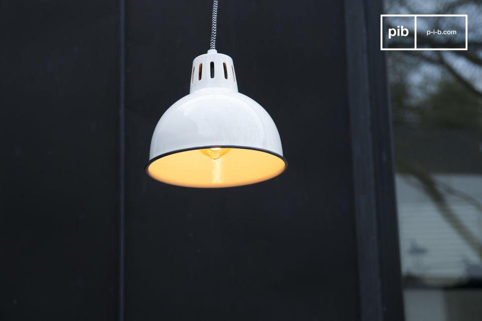 La belle finition blanche de la suspension Snöl brillera sur votre plafond et contribuera au