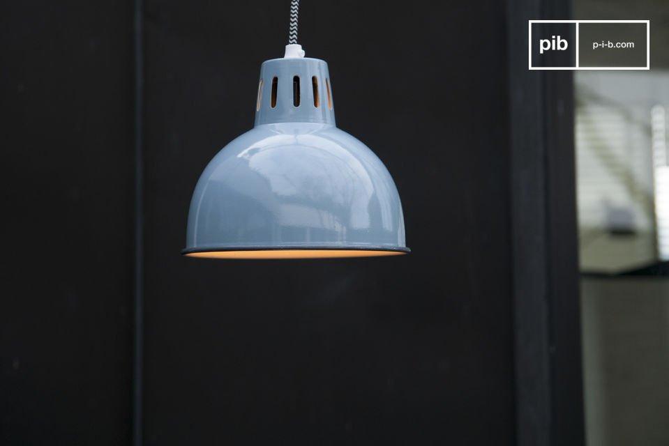 La belle finition bleue de la suspension Snöl brillera sur votre plafond et apportera une touche de couleur à votre pièce