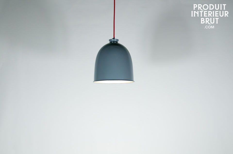 Affichant une grande sobriété, cette lampe suspendue possède une esthétique intemporelle