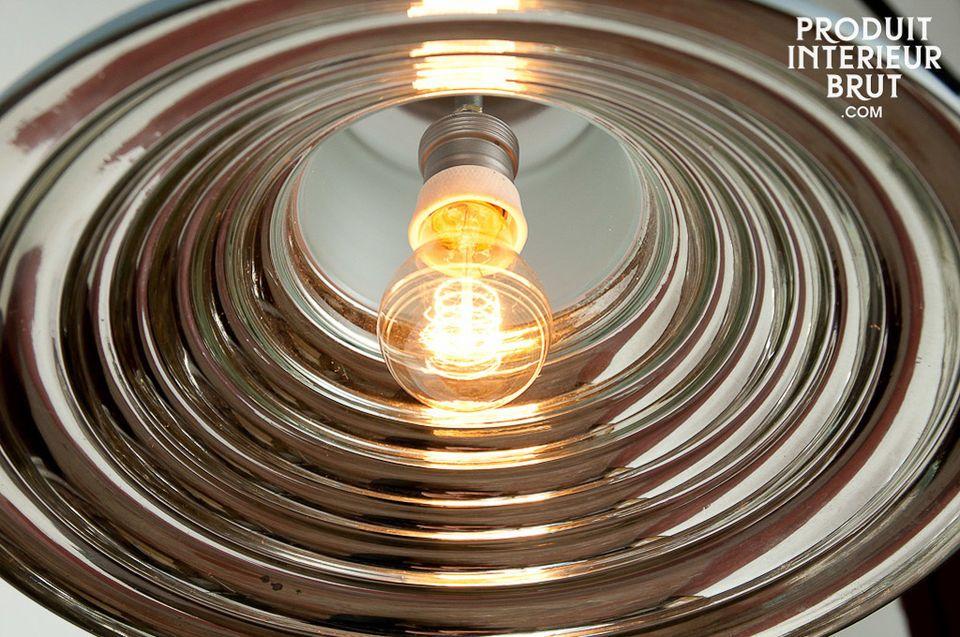 L\'intérieur brillant de ce plafonnier donne un superbe effet visuel par ses différents reflets