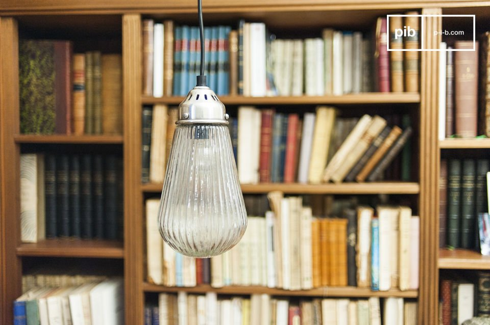 Le verre épais de cette lampe retro est rainuré, ce qui rend la lumière diffusée agréable