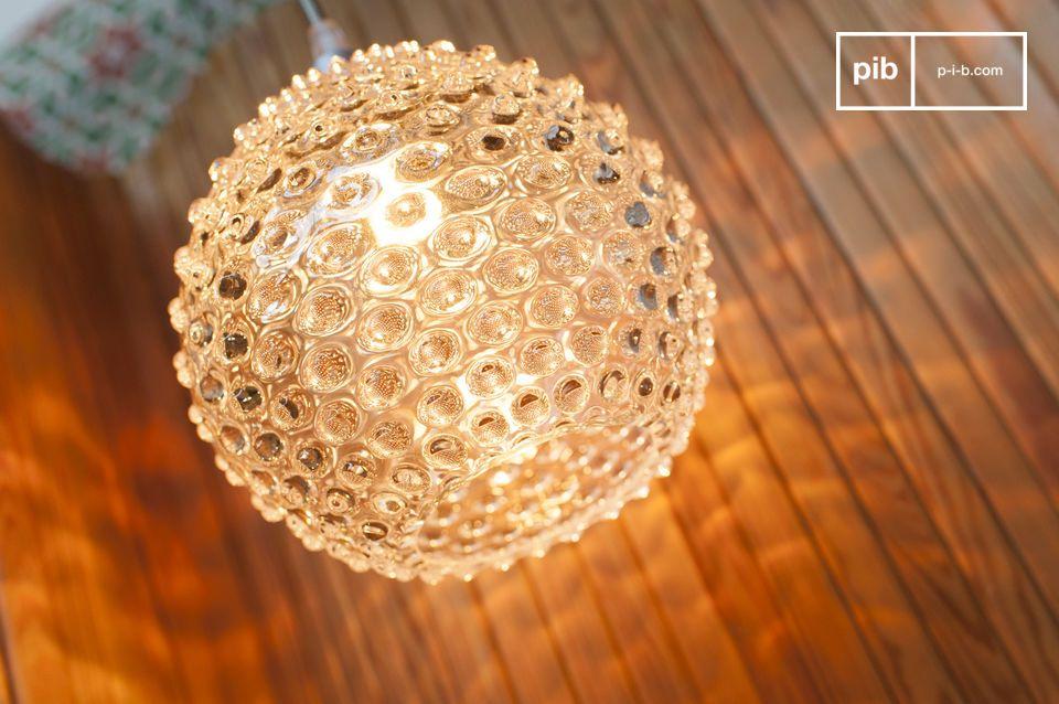 La suspension en verre Wagram  est conçue en verre soufflé et magnifie la lumière qu\'elle