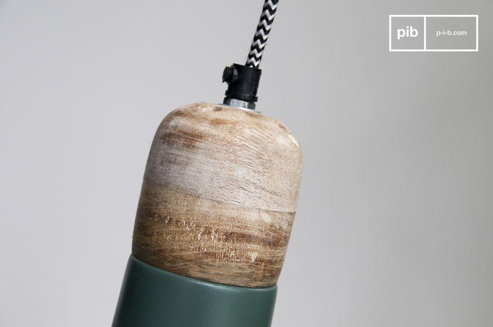 La suspension Farnetta est un petit luminaire issu de l\'association d\'une partie haute en bois