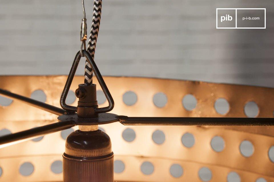 Entièrement conçue en métal, cette suspension affiche une belle couleur noire matte