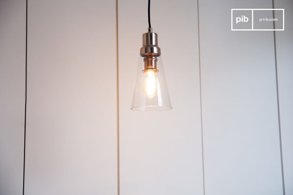 La suspension Konisk allie cuivre et verre pour une touche élégante dans un intérieur au design