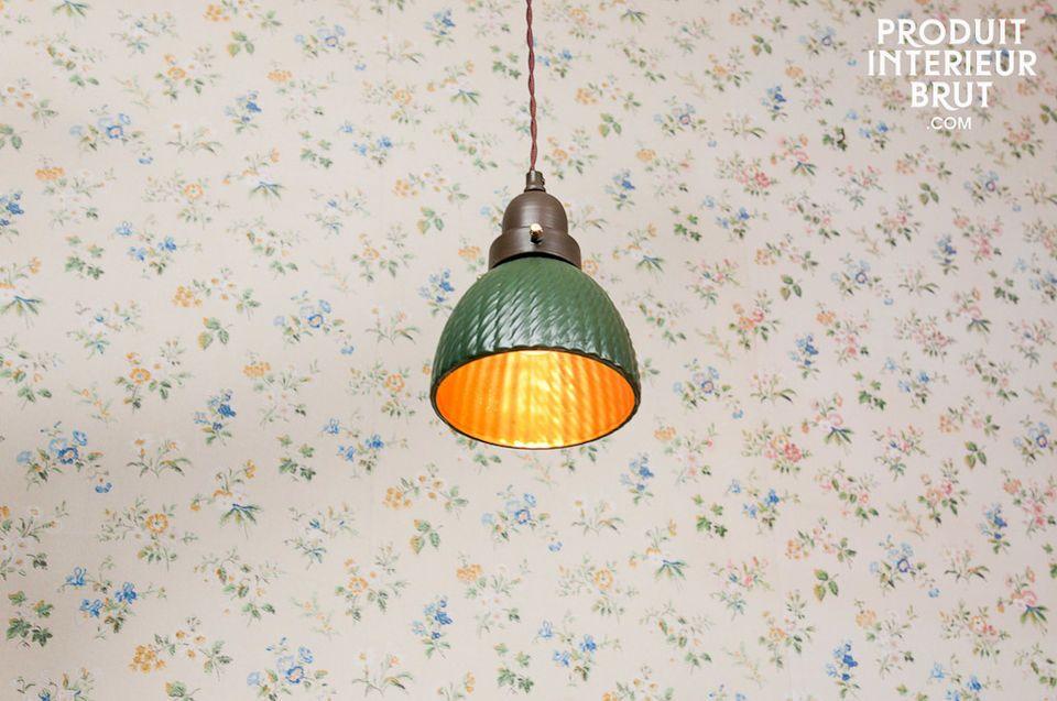 Beaucoup de cachet se dégage de cette petite lampe suspendue