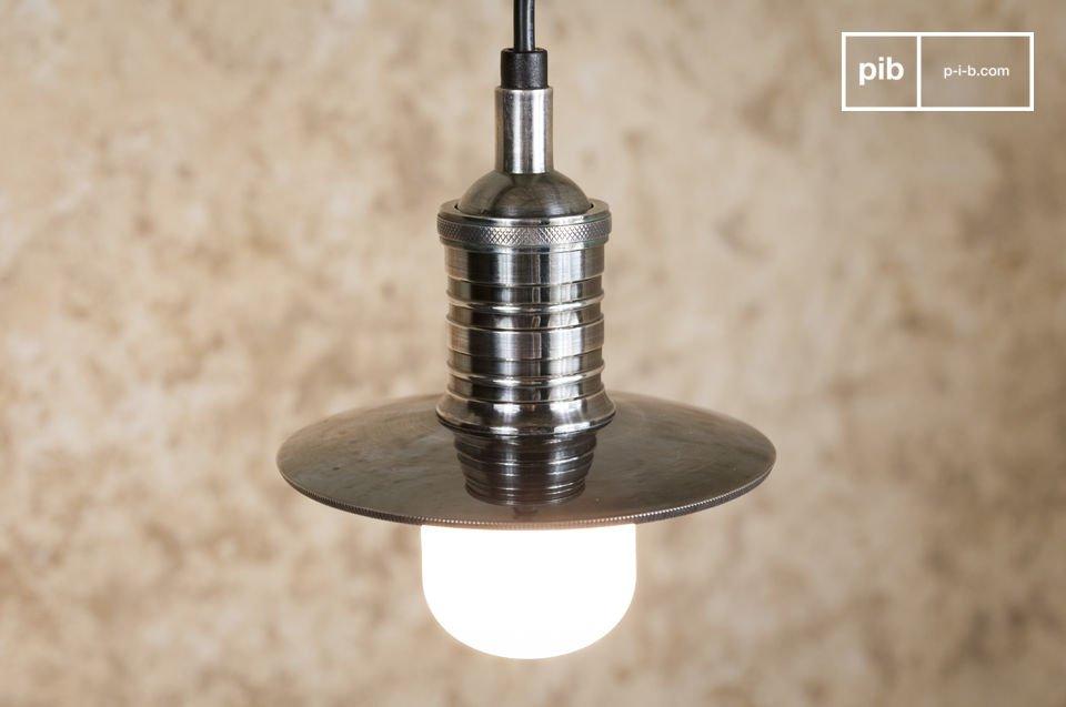 Un luminaire suspendu très ouvert en laiton argenté