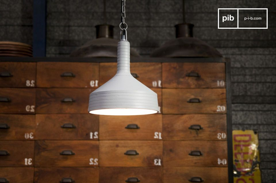 Une lampe design sobre à la ligne évasée