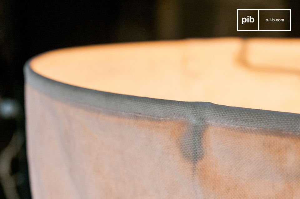 La suspension Newport est un joli luminaire en tissu qui apportera une touche déco campagne broc\'
