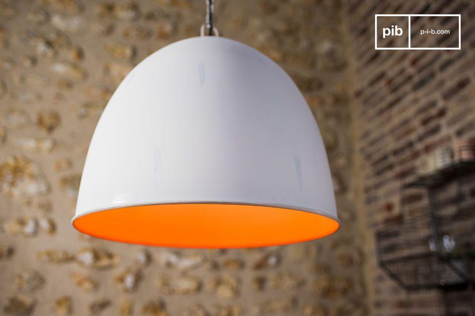 Ce dernier apportera une touche de couleur à votre intérieur et diffusera une lumière chaude particulièrement agréable