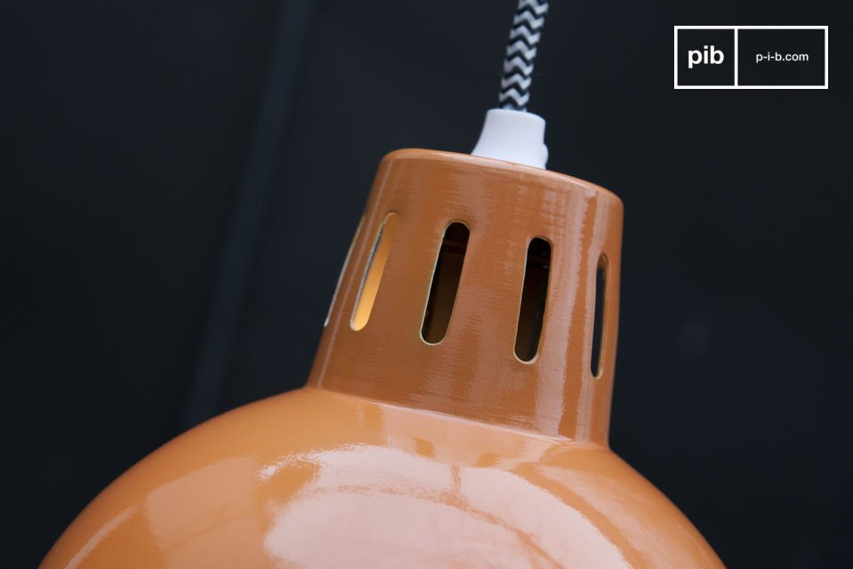 Vous remarquerez que le câble d\'alimentation est entouré par une tresse textile a motifs en
