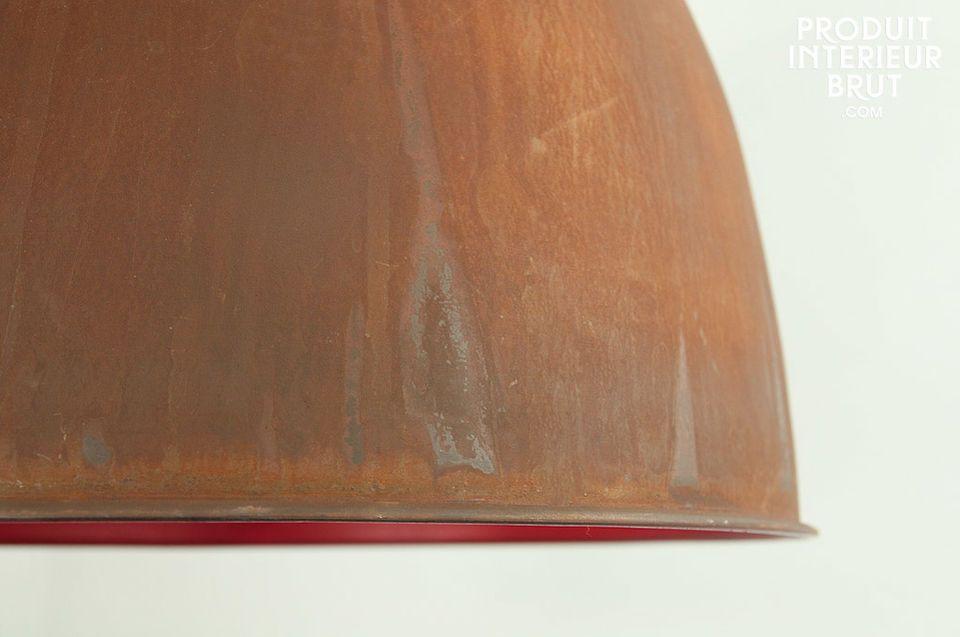 Un plafonnier large, à l'intérieur délicieusement coloré