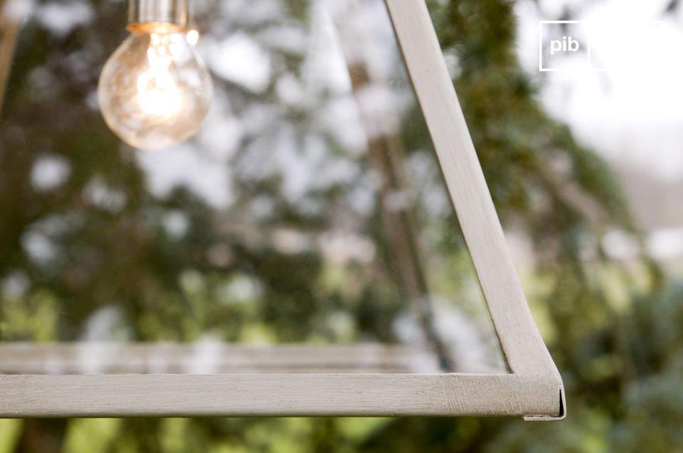 Un style chiné plein de charme se dégage de cette lampe suspendue vitrée