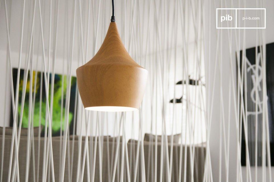 La suspension Svéa est un luminaire esthétique aux accentes vintage plein de charme, dont les matériaux sauront vous séduire, et même vous surprendre !  Effectivement, son abat-jour semble être fait de bois massif, mais en fait il est entièrement conçu en métal, reprenant les dessins délicats du bois