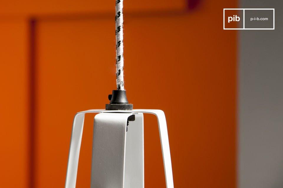 Appréciez la finition impeccable de la lampe, avec un cordon d\'alimentation entouré d\'une tresse textile et sa douille en porcelaine qui participent à l\'esprit rétro du produit