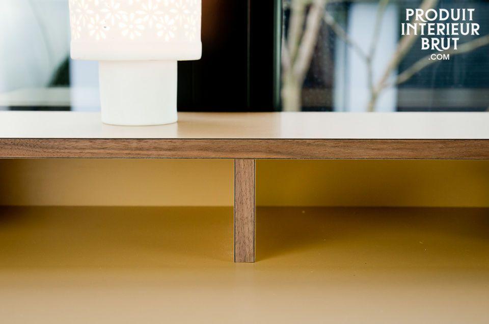 Un bureau en bois de noyer et laminé, pour une touche de couleur élégante