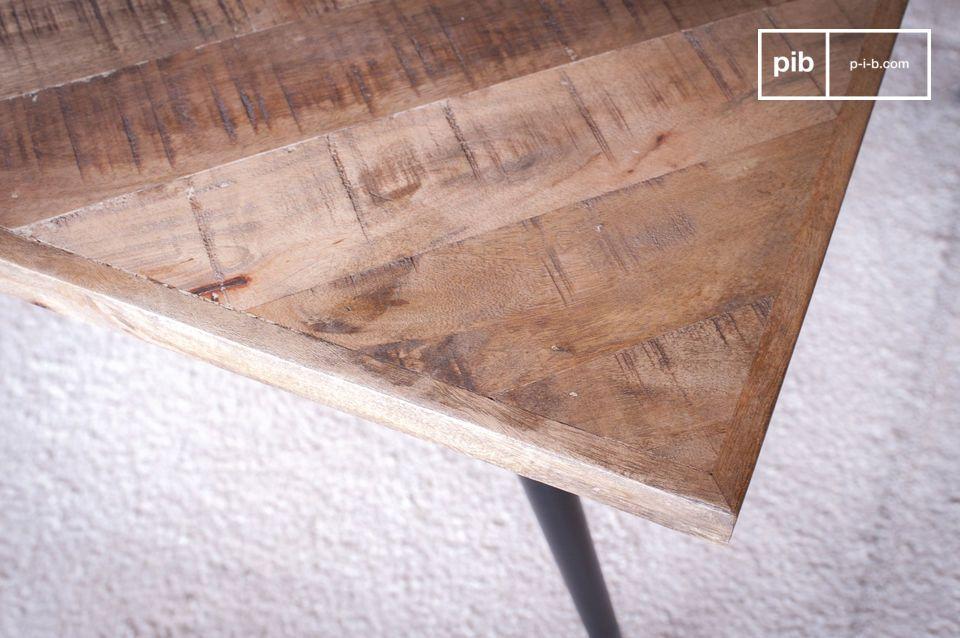 le plateau en bois est composé d\'un assemblage en chevrons de dizaines de pièces de bois