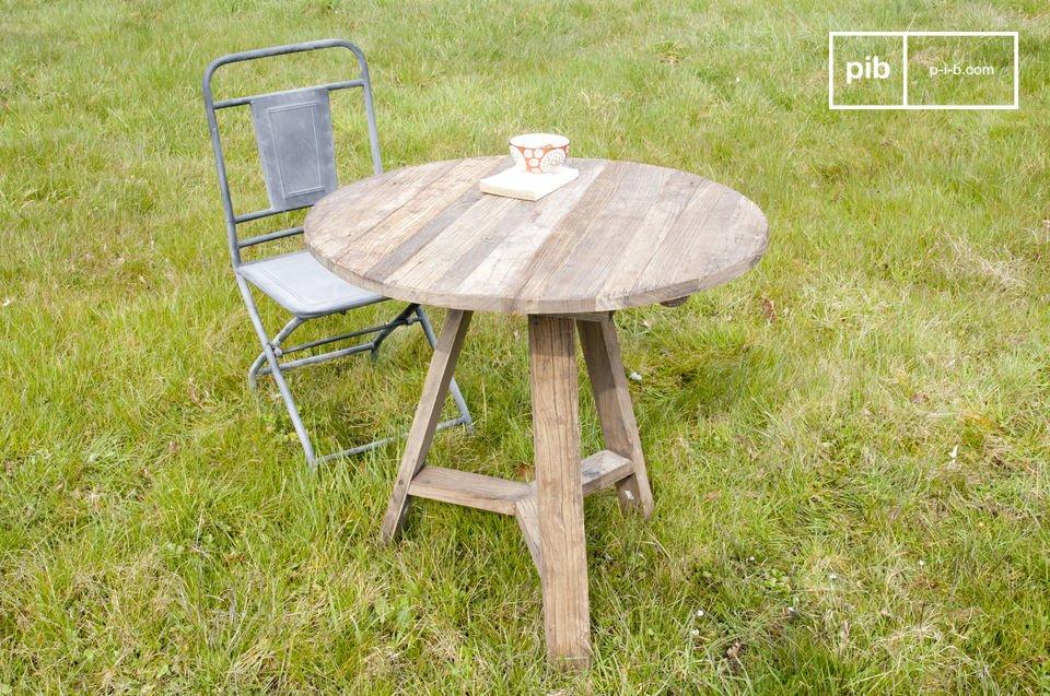 Optez pour une table à rabats associant le charme du bois d\'orme ancien à la praticité des