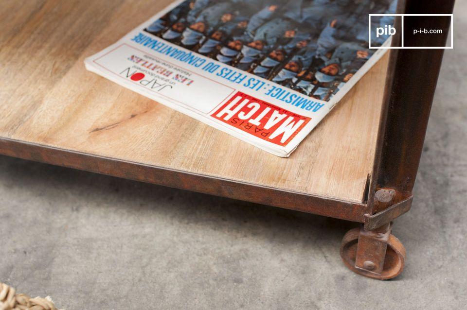Cette table basse possède deux plateaux de bois clair légèrement huilé