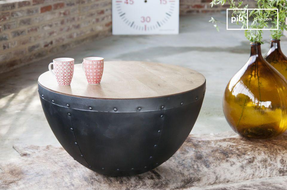 Un look résolument indus' pour cette table à rivets apparents