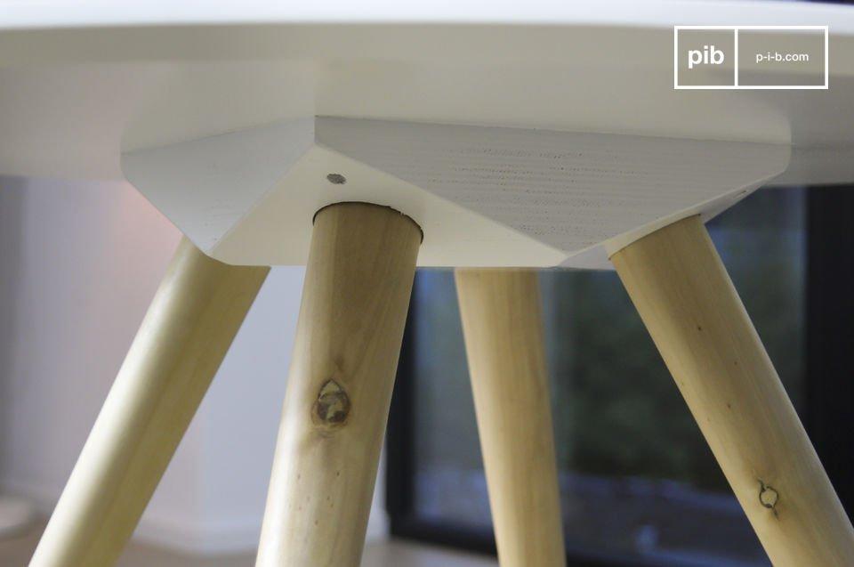 La table basse ronde Beel est un meuble nordique sobre qui impressionne par son côté lumineux
