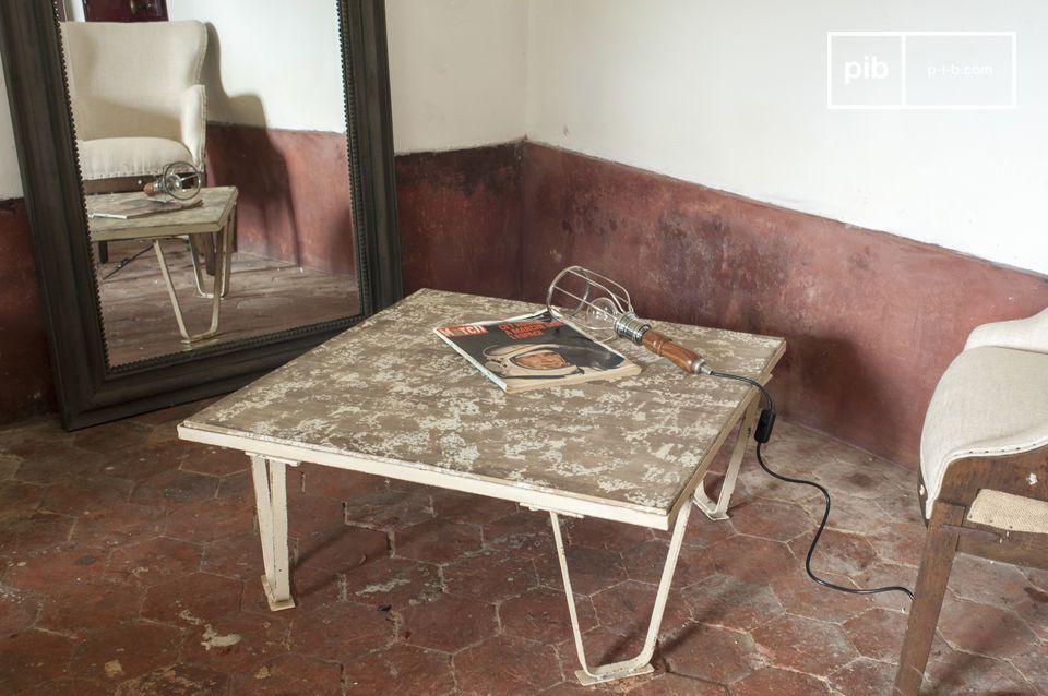 Une table basse qui associe une structure en métal à la façon des anciennes palettes d\'atelier