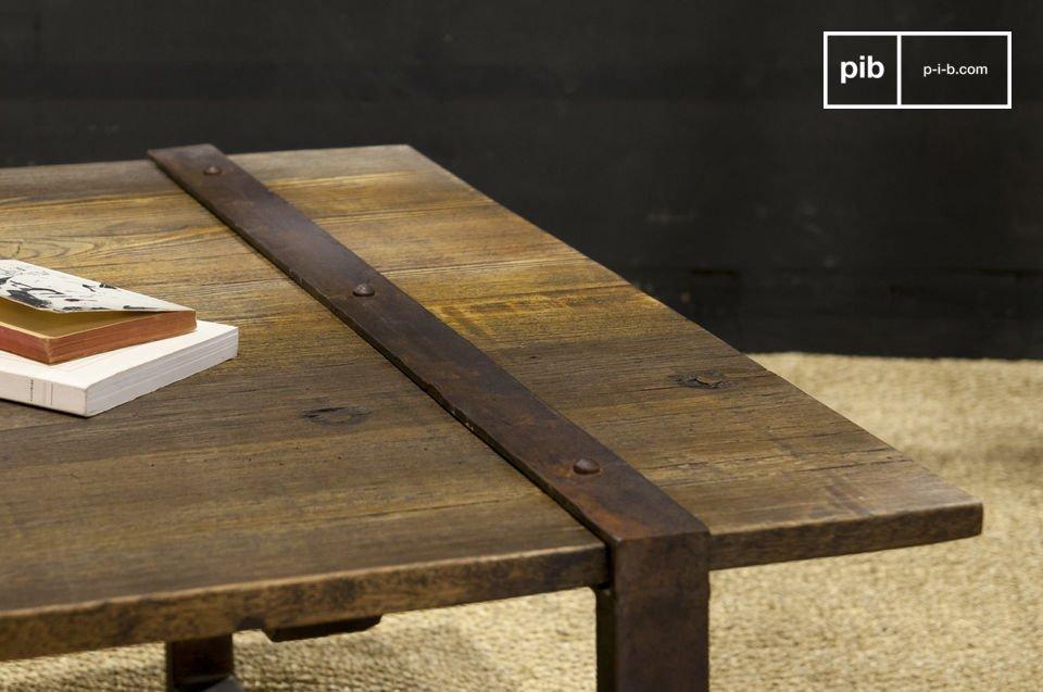 Avec son plateau assemblé de planches de bois anciens vernis