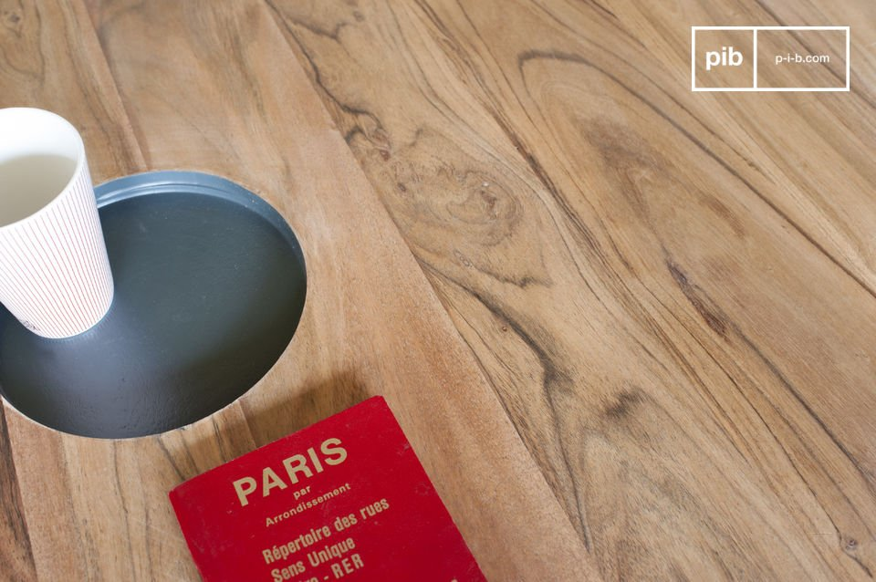 La table basse ronde en bois Bascole associe une ligne sobre et une touche design constituée par