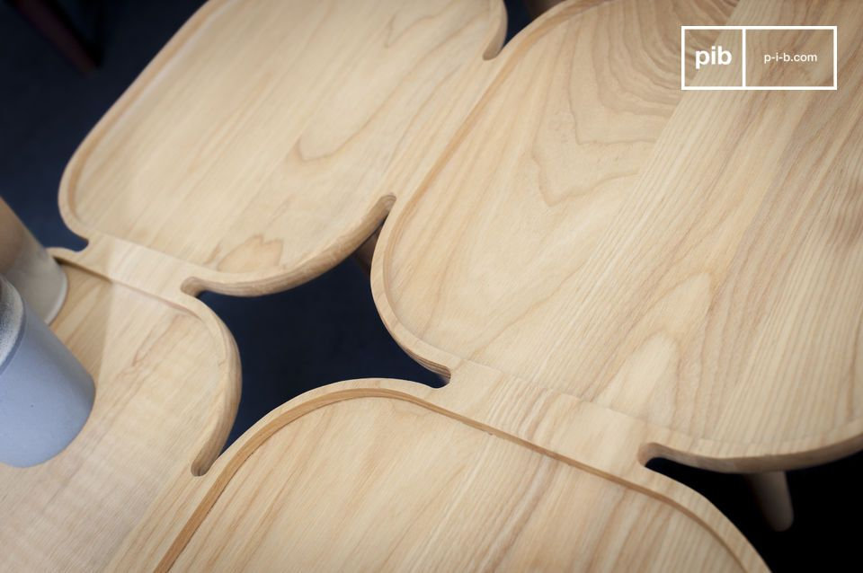 Avec son assemblage de plusieurs plateaux en bois de frêne massif