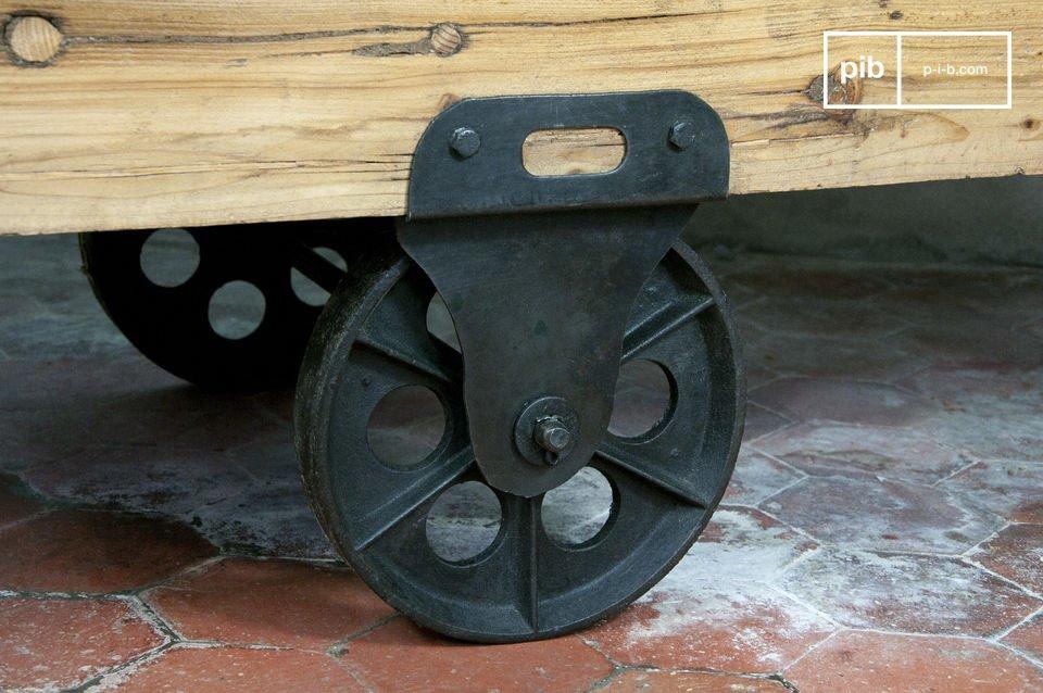 Malgré son poids, elle garde la praticité des tables basses industrielles, et se déplace facilement suivant vos besoins